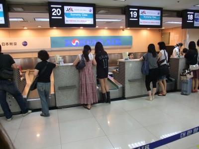 金浦空港では出国手続きの前に食...